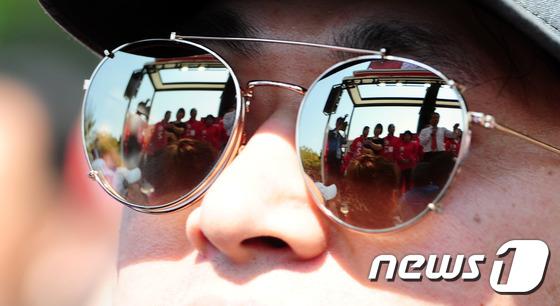 선글라스에 비친 홍준표