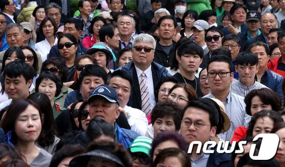 유세 지켜보는 인천 시민들