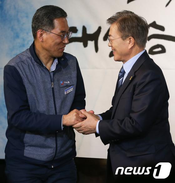 문재인 \'한국노총 지지 받아 대선승리!\'