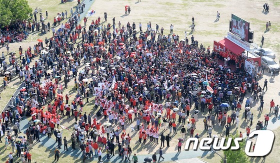 서대전공원에 모인 유권자들