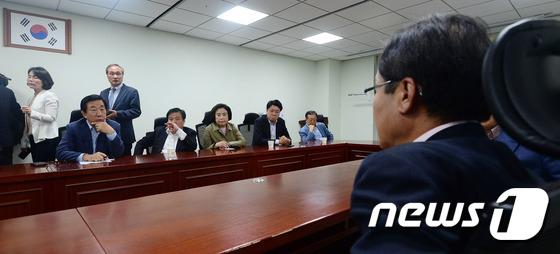 홍준표 바라보는 바른정당 의원들