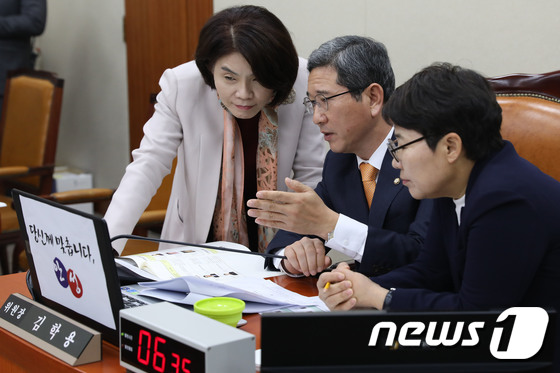[국감]이야기 나누는 한정애·김학용·임이자