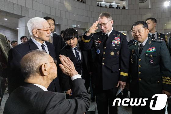 백선엽 장군과 경례하는 로버트 에이브럼스 한미연합사령관