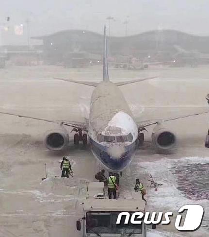 우루무치 국제공항 항공기 주변 황사눈 제설작업