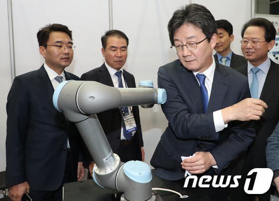 산업용 로봇 살펴보는 유승민 대표 \'안전하게 멈추죠?\'