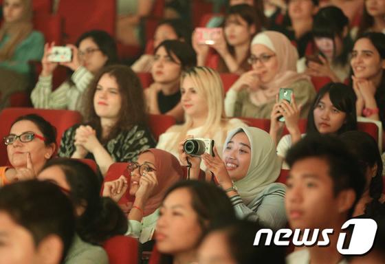 케이팝에 푹 빠진 외국인 유학생들