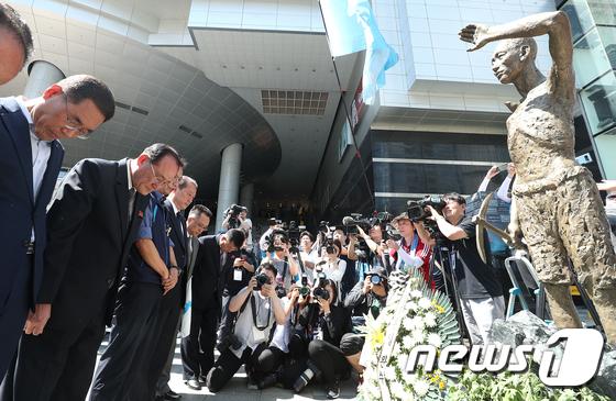 강제징용 노동자상 찾은 남북 노동자 3단체 대표