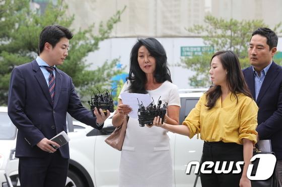 김부선, 변호사 강용석 대동하고 경찰 출석