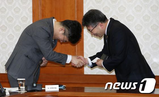 송인배·민갑룡 \'깍듯이 인사\'