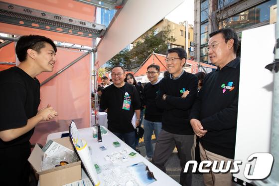 스타트업 거리축제 'IF 2019' 방문한 은성수 금유위원장