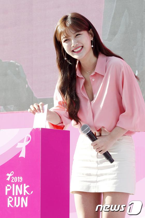 김유정 \'환한 미소 지으며 유방암 위한 기부\'