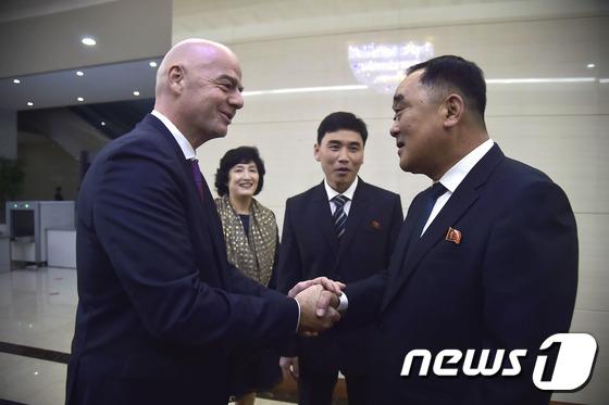 인판티노 FIFA 회장, 남북 축구 관람차 평양 도착