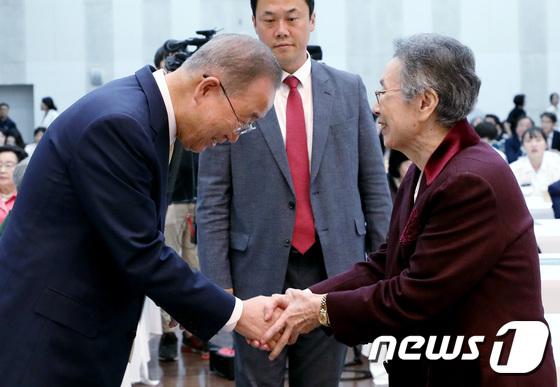 윤후정 전 명예총장과 인사 나누는 반기문 전 총장