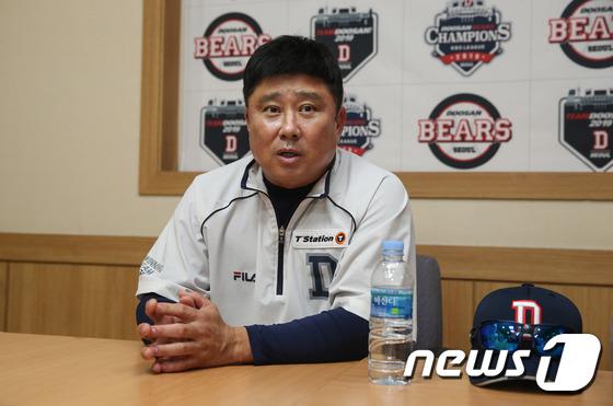 경기 전 인터뷰 갖는 김태형 감독