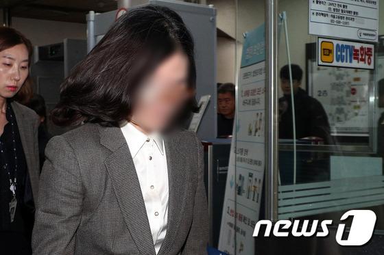 법원 나서는 정경심 교수…혐의 대부분 부인