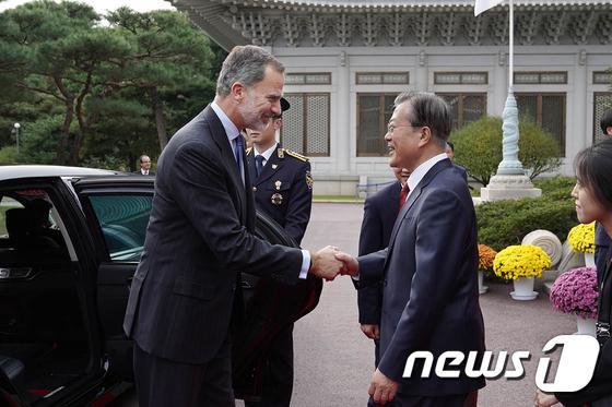 펠리페 스페인 국왕과 악수하는 문재인 대통령