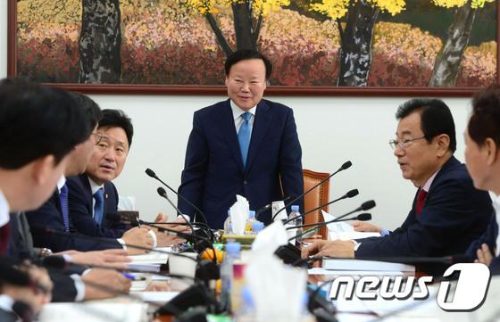 \'막말 논란\' 김재원, 예결위 예산안조정소위 회의 주재