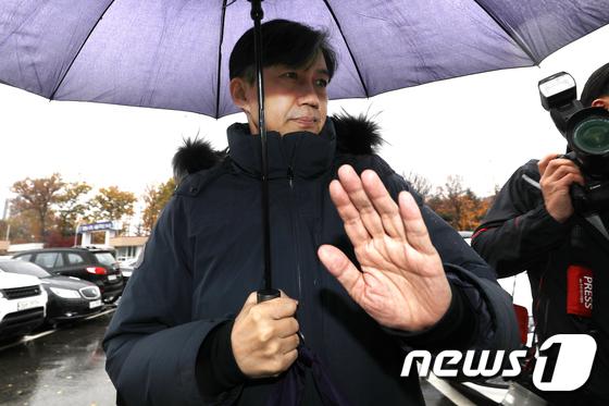 손 내젓는 조국 전 장관