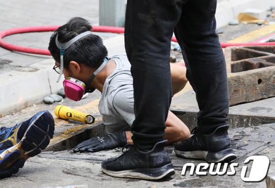 하수도에서 나오는 홍콩 학생들