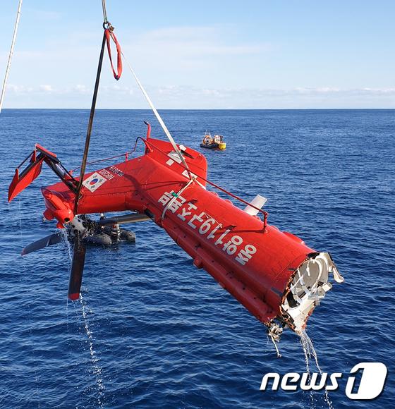 해군 청해진함, 소방구조헬기 동체 꼬리 인양