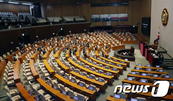 \'국회 본회의 열리나?\'...자리잡은 민주당VS자리 비운 한국당