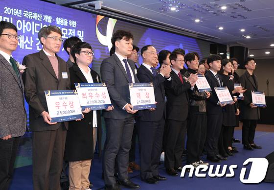국유재산 시상식 박수치는 홍남기 부총리