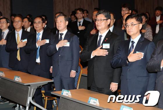 국민의례하는 주요 참석자들