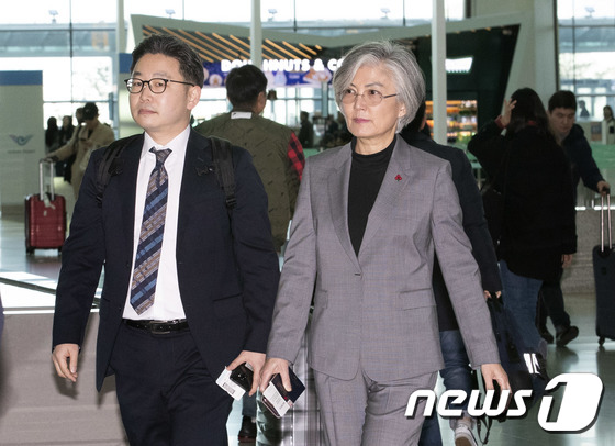 출국하는 강경화 외교부 장관