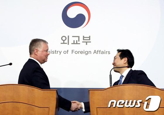 손잡은 美비건 대표와 이도훈 본부장