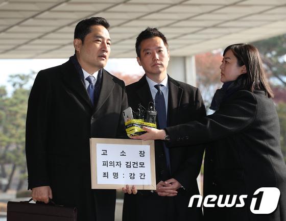 김건모 고소장 제출하는 강용석