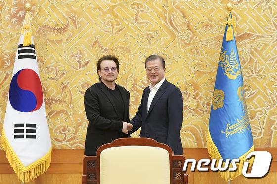 문재인 대통령, 록밴드 U2 보노 접견