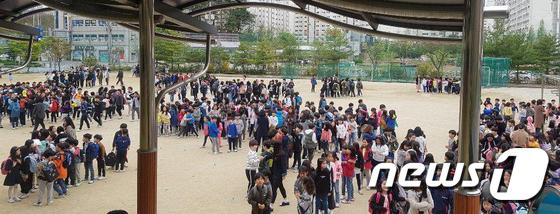 지진 피해 운동장에 모인 초등학생들