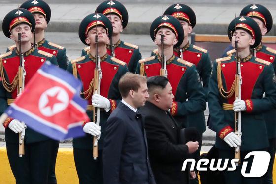 김정은, 러시아에서 첫 의장대 사열