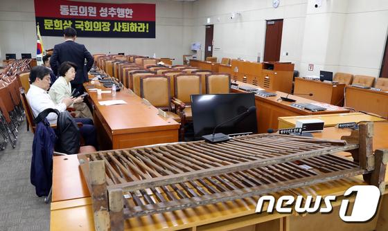 한국당, '문희상 의장 사퇴 '현수막 걸고 정개특위 회의장에서 농성