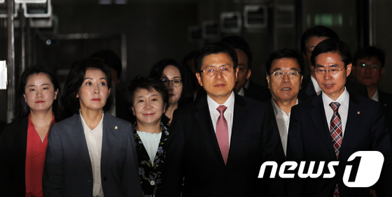 최고위원회의 참석하는 한국당 지도부