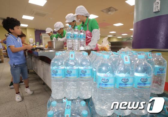 인천 수돗물 사태 19일째 '생수로 대체급식'