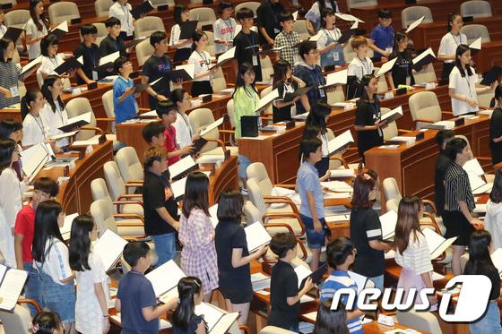 본회의장 찾은 어린이 국회의원들
