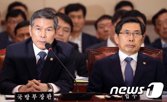 해임안 관련 질의 답변하는 정경두 국방장관