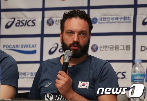 답변하는 라바리니 여자 배구 국가대표 감독