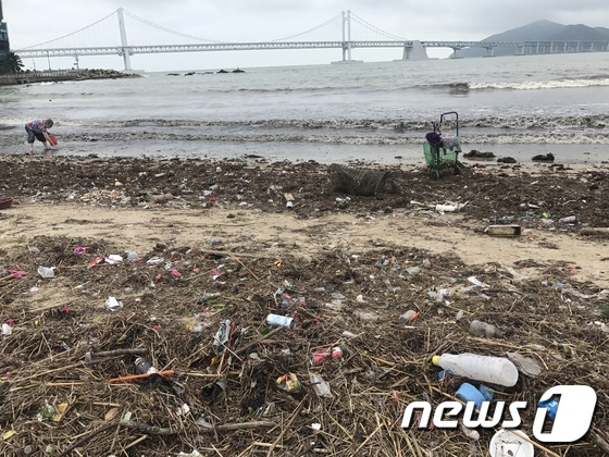 """""""태풍에 떠밀려""""…광안리해수욕장 쓰레기 더미 '습격'"""