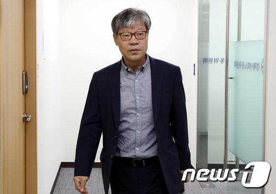 회의장 향하는 박태주 경사노위 상임위원