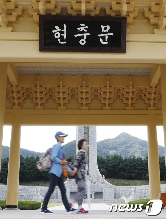 대전현충원에 34년간 걸린 전두환 친필 '현충문'