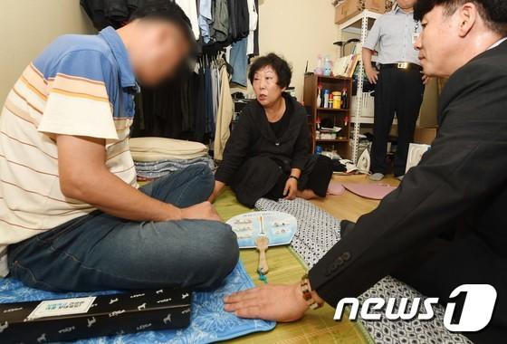 폭염대응용품 전달하는 이은희 한국기후환경네트워크 상임대표
