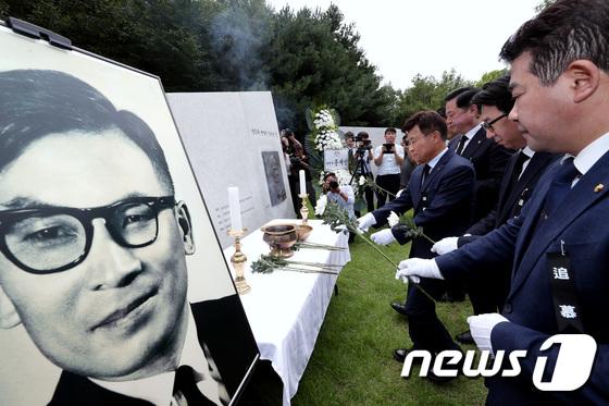 헌화하는 김원웅 광복회장과 김두관, 박정 의원