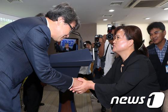 악수 나누는 故 김용균 씨 어머니와 김지형 특조위원장
