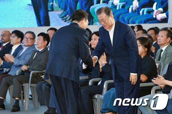 조현준 효성 회장과 인사하는 문재인 대통령