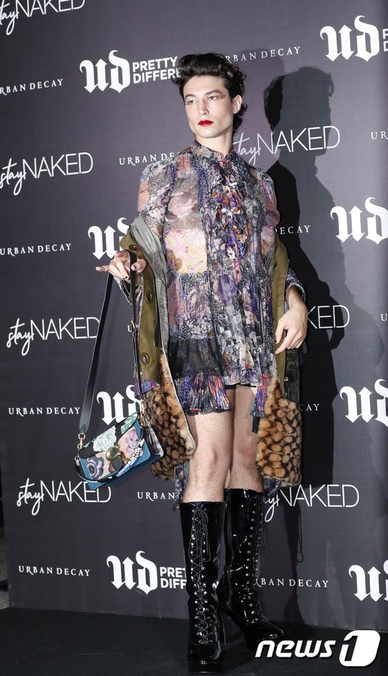 에즈라 밀러, 논현동 발칵 뒤집어 놓은 파격 패션