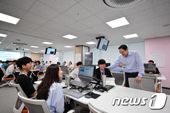 이재용 부회장, 삼성 청년 소프트웨어아카데미 광주 교육센터 방문