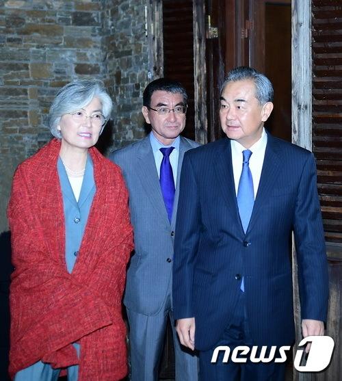 환영 만찬 참석하는 한·중·일 외교장관