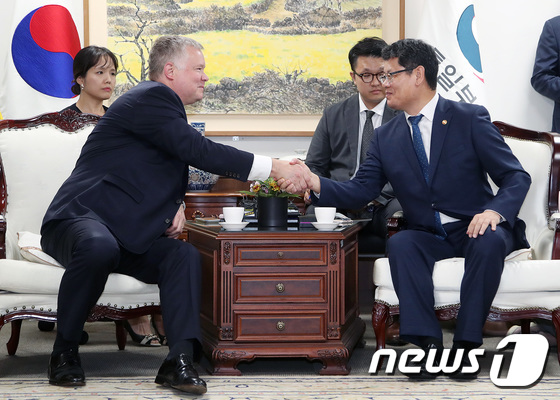 김연철 장관·비건 美 대북정책특별대표 \'면담 잘해봅시다\'
